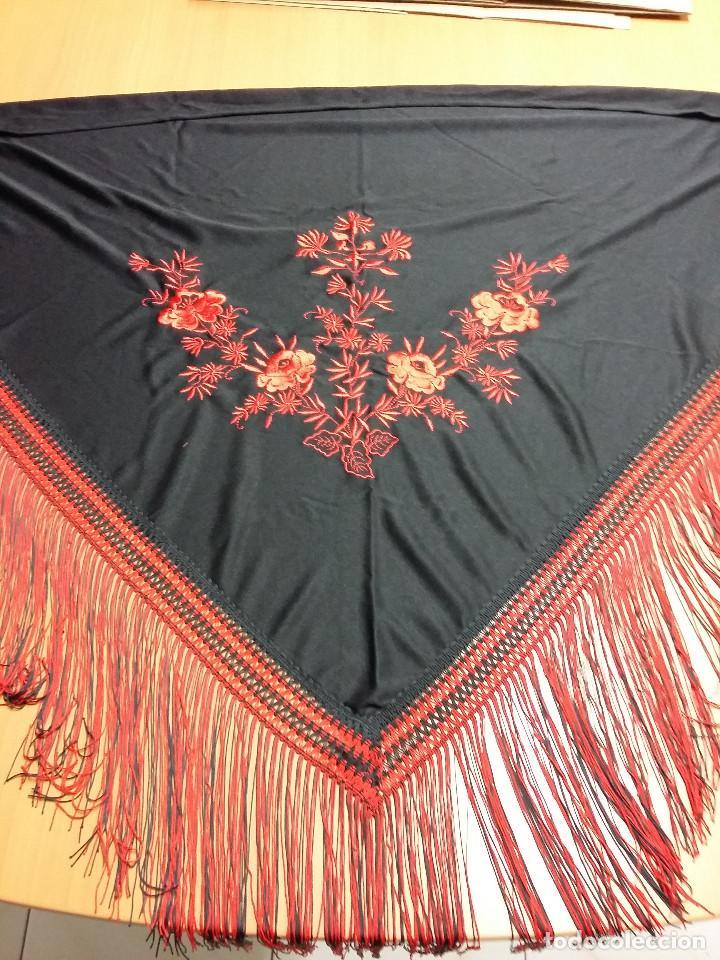 MANTON TRIANGULAR NEGRO BORDADO FLORES ROJAS (Antigüedades - Moda - Mantones Antiguos)