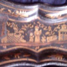 Antigüedades: ~~~~ PEQUEÑA BANDEJA ISABELINA DE METAL, DECORACION MOTIVOS ORIENTALES EN ORO, MIDE 23 X 12 CM.~~~~. Lote 72173531