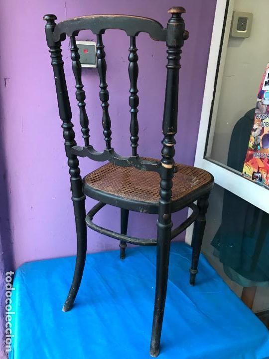 Antigüedades: Silla antigua de madera pintada en negro y asiento de rejilla. - Foto 2 - 72229135