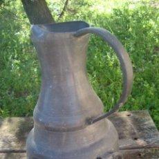 Antigüedades: ANTIGUA JARRA DE ESTAÑO DE 1700 CON FLOR DE LIS Y TORRE. Lote 72235223