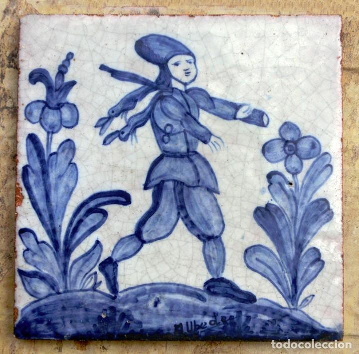 Antigüedades: VIEJO AZULEJO FIRMADO - A. UBEDA - PINTADO A MANO - CAZADOR CON LIEBRES - MOTIVO COSTUMBRISTA - - Foto 2 - 72260683