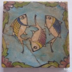 Antigüedades: PERSIA. AZULEJO SIGLOS XVII-XVIII. PECES SOBRE FONDO AZUL. TAM. 15X15CM. ESMALTE VIDRIADO. Lote 72391183