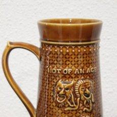 Antigüedades: JARRA DE CERVEZA, DECORADA CON MOTIVOS TEATRALES - HAMLET - EN LA BASE LORD NELSON 75 ENGLAND. Lote 72396959