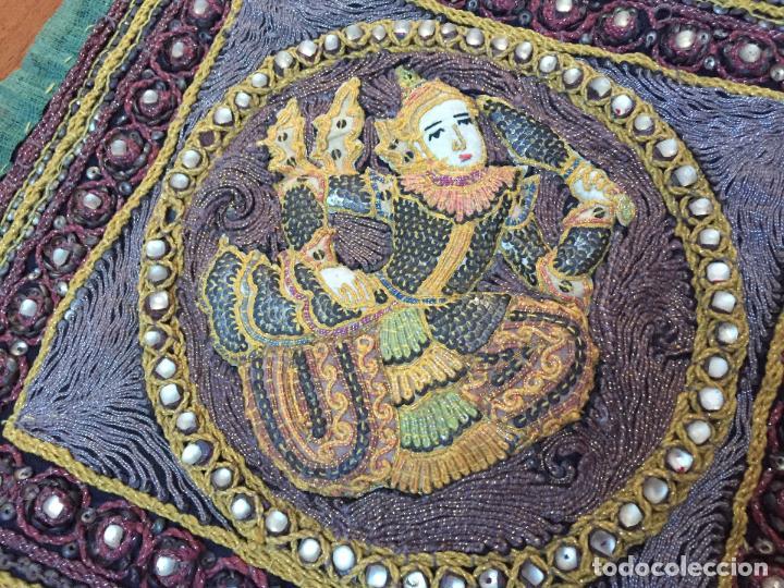 Antigüedades: CUADRO TAPIZ HECHO A MANO EN RELIEVE HECHO CON PIEDRAS HILO DORADO Y PLATEADO MOTIVO INDIA - Foto 2 - 72452583