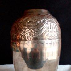Antigüedades: JARRÓN ART DECO DE METAL PLATEADO. REPUJADO ' CINCELADO '.. Lote 72626499