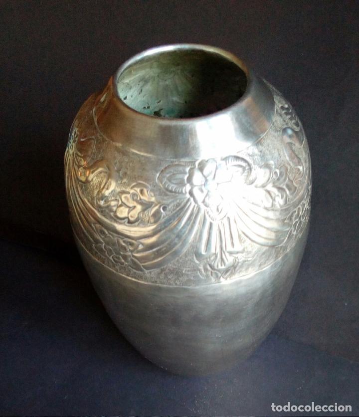 antigedades jarrn art deco de metal plateado repujado u cincelado u foto