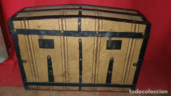 PRECIOSO BAÚL DE VIAJE FORRADO EN TELA. (Antigüedades - Muebles Antiguos - Baúles Antiguos)