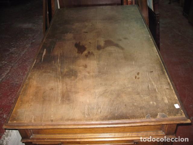 Antigüedades: Antigua mesa de despacho con dos cajoneras tapa para arreglar . medida 135 X 75 cm. - Foto 4 - 132289295