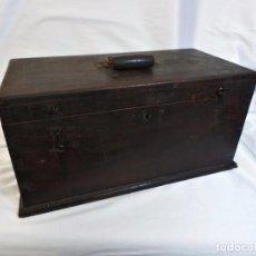 Antigüedades: PRECIOSO BAÚL DE MADERA ANTIGUO, PARA ROPITA DE MUÑECAS. AÑOS 1900. Lote 98251988