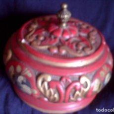 Antigüedades: ~~~~ CAJA BOMBONERA DE PORCELANA DECORADA A MANO, REMATE ASIDERO DE BRONCE ~~~~. Lote 72830783