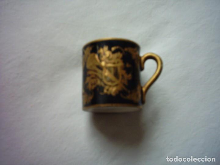 TAZA DE PORCELANA DEL BUEN-RETIRO, MADRID. MARCA ESTAMPADA DEL SIGLO XVIII. 5 X 5 CM. (Antigüedades - Porcelanas y Cerámicas - Otras)