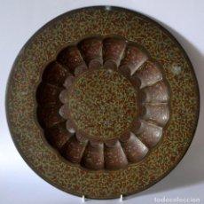 Antigüedades: ANTIGUA BANDEJA DE 39CM DIAMETRO EN BRONCE LABRADO TALLADO Y COLOREADO. Lote 72904667