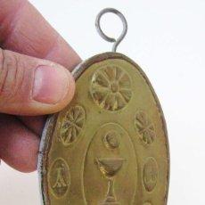 Antigüedades: BONITO CANDELABRO VELA TIPO BENDITERA EN LATON DORADO CON CALIZ E IMAGENES RELIGIOSAS . Lote 72993691