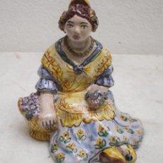 Antigüedades: FIGURA DE CERAMICA REPRESENTANDO UNA VALENCIANA EN EL SUELO DE MANISES. Lote 71482643