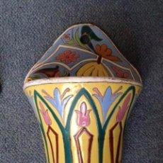Antigüedades: PAREJA JARDINERAS FLORALES CERÁMICA VIDRIADA DE PARED. PRINCIPIOS SIGLO XX. PERFECTAS. Lote 73324191