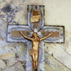 Antigüedades: ANTIGUO Y EXTRAÑO CRUCIFIJO DE CRISTAL TALLADO. CRISTO DE METAL. CRUZ DE MADERA. ARTESANAL. PINTADO. Lote 73482991