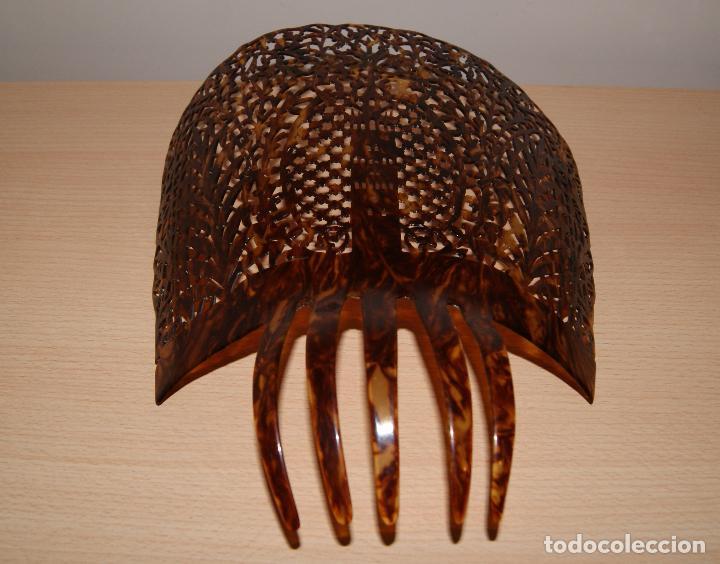 Antigüedades: Peineta antigua símil de carey tallada artesanalmente. Motivo La Giralda de Sevilla. Año 1920-1950 - Foto 2 - 102352094