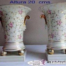Antigüedades: SANTA CLARA-VIGO, PAREJA DE JARRONES DECORADOS FLORALES,IDEAL DECORACIÓN . Lote 73533971