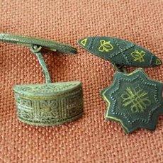 Antigüedades: GE051. LOTE DE DOS PAREJAS DE GEMELOS EN METAL. DORADO. CIRCA 1960. . Lote 73643011