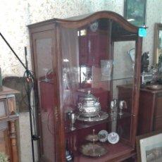 Antigüedades: VITRINA ANTIGUA ESTILO ISABELINO, VITRINA ESTILO LUIS XV, MUEBLE AUXILIAR ANTIGUO VINTAGE. Lote 73716223