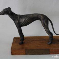 Antigüedades: GALGO EN METAL CON PEANA DE MADERA. Lote 84782579