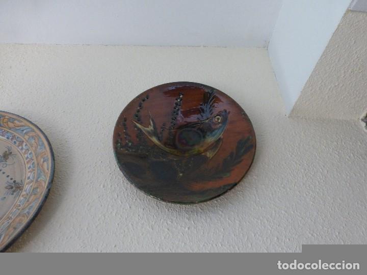 Antigüedades: CUATRO PLATOS ANTIGUOS DE CERÁMICA PINTADOS A MANO, FIRMADO PUIGDEMONT - Foto 3 - 73781271