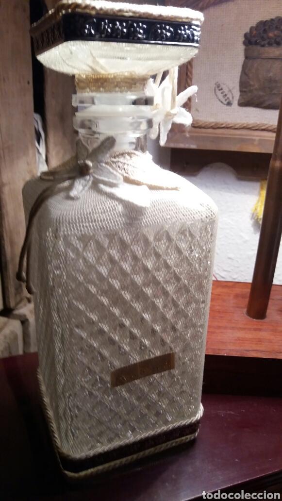 BOTELLA DE CRISTAL TALLADO Y FUNDA DE TELA. (Antigüedades - Cristal y Vidrio - Italiano)