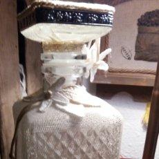 Antigüedades: BOTELLA DE CRISTAL TALLADO Y FUNDA DE TELA.. Lote 73915546