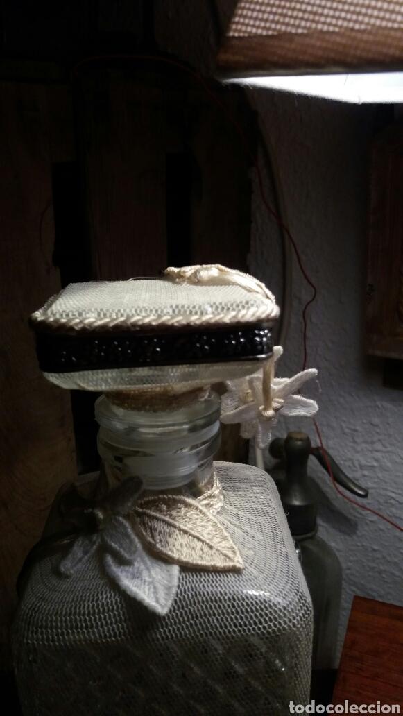 Antigüedades: Botella de cristal tallado y funda de tela. - Foto 2 - 73915546