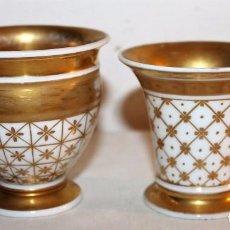 Antigüedades: DOS TAZAS EN PORCELANA FRANCESA VIEJO PARÍS DORADA A MANO - CIRCA 1850. Lote 73952423
