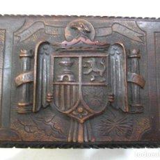 Antigüedades: ARQUETA EN MADERA TALLADA. ESCUDO AGUILA FRANQUISTA.. Lote 73992335