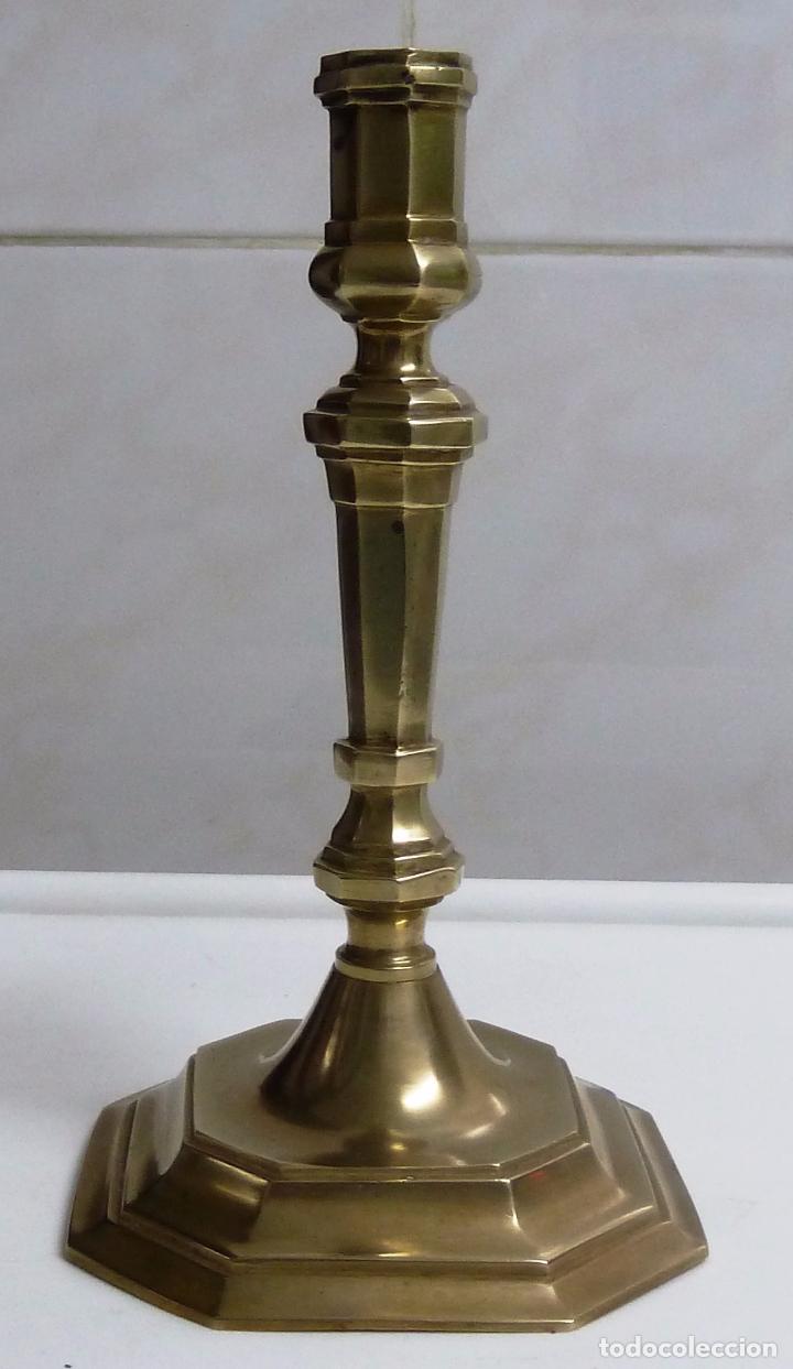 PORTAVELAS DE BRONCE. ALTURA 21,5 CM. PESO 480 GRAMOS. BASE 11,5 X 11,5 CM. (Antigüedades - Iluminación - Candelabros Antiguos)