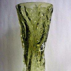 Antigüedades: FLORERO DE CRISTAL INGLES WHITEFRIARS DISEÑO DE GEOFFREY BAXTER AÑOS 70 COLOR VERDE. Lote 74280047