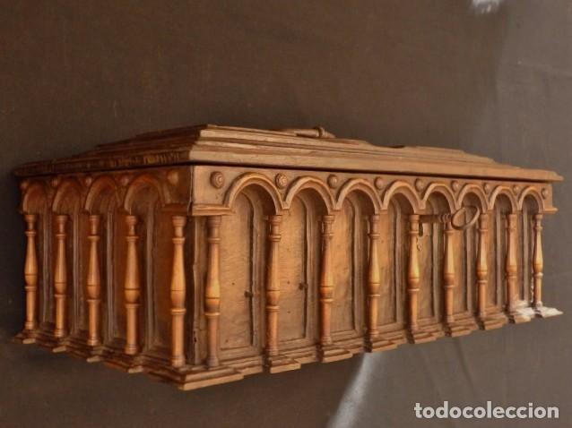 ARQUETA ESPAÑOLA DEL SIGLO XVII EN MADERA TALLADA. (Antigüedades - Muebles Antiguos - Bargueños Antiguos)