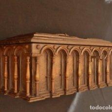 Antigüedades: ARQUETA ESPAÑOLA DEL SIGLO XVII EN MADERA TALLADA.. Lote 74345235