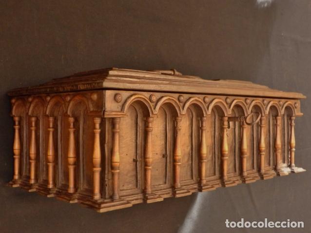 Antigüedades: Arqueta española del siglo XVII en madera tallada. - Foto 2 - 74345235