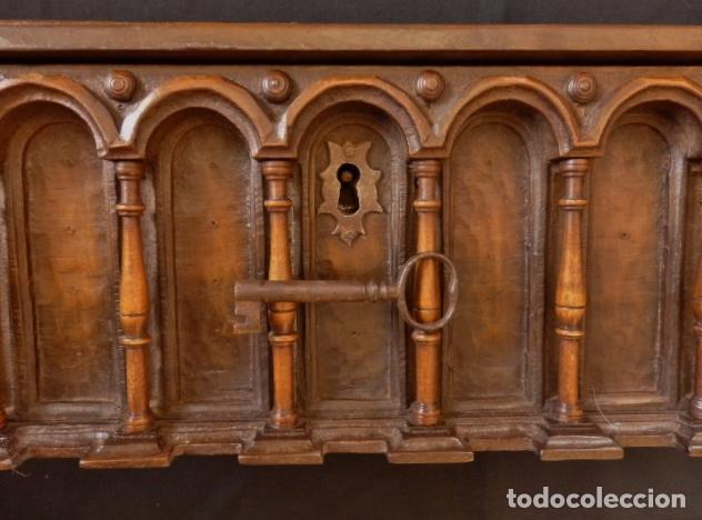 Antigüedades: Arqueta española del siglo XVII en madera tallada. - Foto 6 - 74345235