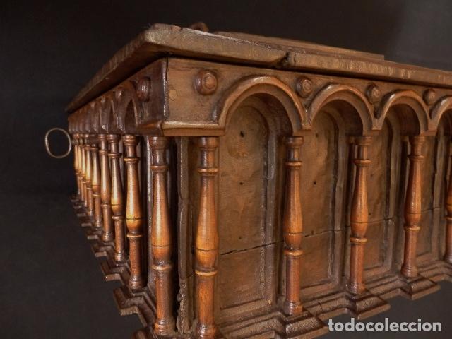 Antigüedades: Arqueta española del siglo XVII en madera tallada. - Foto 7 - 74345235