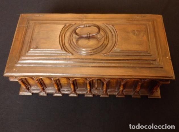 Antigüedades: Arqueta española del siglo XVII en madera tallada. - Foto 9 - 74345235