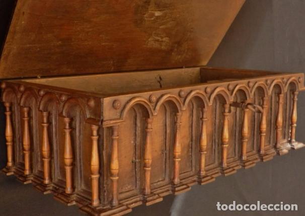 Antigüedades: Arqueta española del siglo XVII en madera tallada. - Foto 11 - 74345235