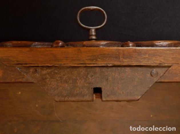 Antigüedades: Arqueta española del siglo XVII en madera tallada. - Foto 14 - 74345235