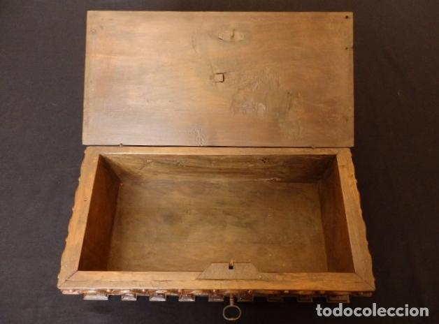 Antigüedades: Arqueta española del siglo XVII en madera tallada. - Foto 17 - 74345235