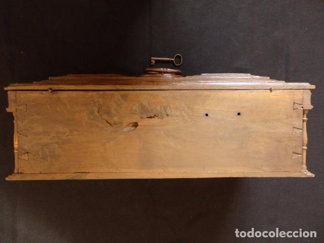 Antigüedades: Arqueta española del siglo XVII en madera tallada. - Foto 18 - 74345235