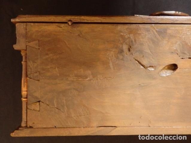 Antigüedades: Arqueta española del siglo XVII en madera tallada. - Foto 19 - 74345235