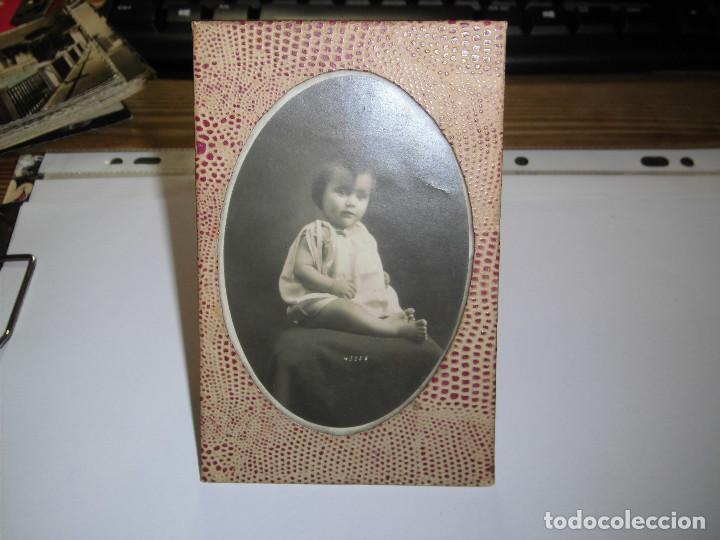 ANTIGUO MARCO EN PIEL CON FOTO DE NIÑA (Antigüedades - Hogar y Decoración - Maceteros Antiguos)