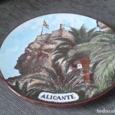 Antigüedades: PLATO ORNAMENTAL - LA CARA DEL MORO - ALICANTE - FABRICADA Y PINTADA A MANO - MG CERÁMICAS - 26,5 CM. Lote 74470463