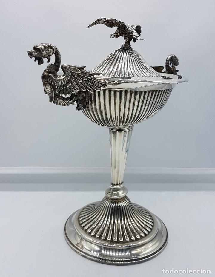 Antigüedades: Bombonera antigua en plata de ley repujada y contrastada, con dragones y aguila de estilo gotico . - Foto 3 - 120369135