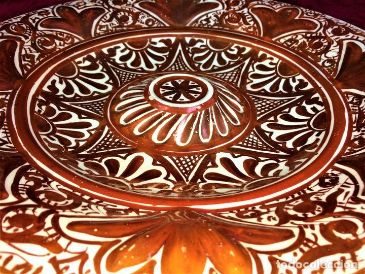 GRAN PLATO DE TETÓN. CERÁMICA DE REFLEJOS METÁLICOS. MANISES. ESPAÑA. CIRCA 1929 (Antigüedades - Porcelanas y Cerámicas - Manises)