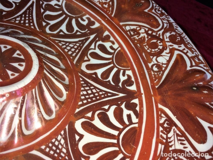 Antigüedades: GRAN PLATO DE TETÓN. CERÁMICA DE REFLEJOS METÁLICOS. MANISES. ESPAÑA. CIRCA 1929 - Foto 5 - 74599075