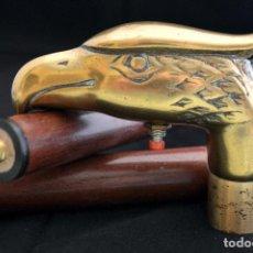 Antigüedades: ANTIGUO BASTÓN ESTRATÉGICO LINTERNA MANGO AGUILA EN BRONCE. Lote 74856391
